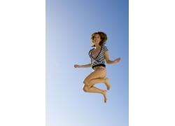 开心跳跃的泳装美女