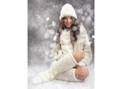 坐在地上的冬季女孩图片