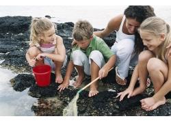 海边抓鱼的家庭人物