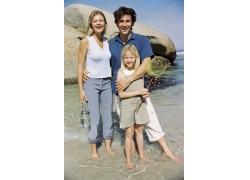 站在海水中的幸福家庭图片