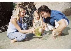 海边抓鱼的幸福家庭