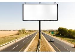 户外公路与空白广告牌