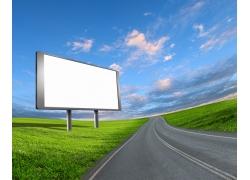 公路旁的空白广告牌