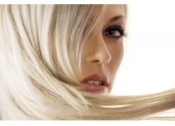 金发女孩与创意的发型