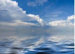 蓝天白云与水面