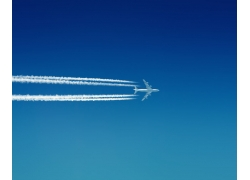 蓝天上飞行的飞机