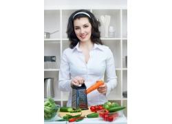 厨房做饭的外国美女