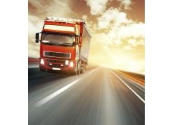 高速行驶的卡车图片