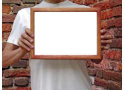 拿相框的人物图片