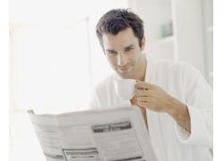 看报纸的男人