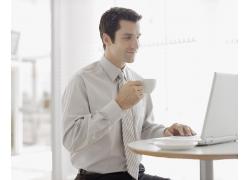 喝咖啡的男人