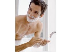 刮胡须的男人