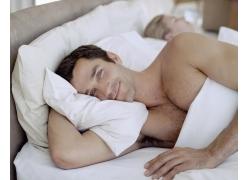 躺在床上的男人