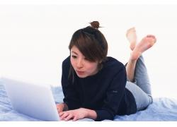 玩笔记本电脑的女孩图片