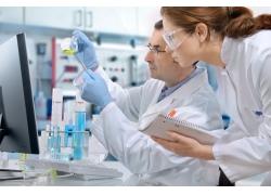 实验室工作的科学家