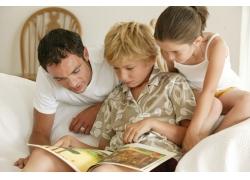 看书的家庭人物图片