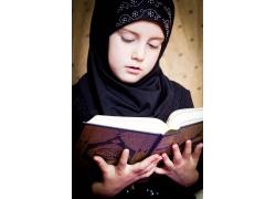 看经书的女孩图片