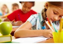 学习中的小女孩图片