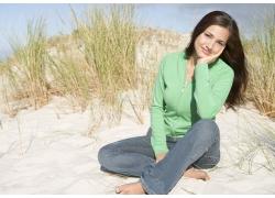 坐在沙滩上的外国美女图片