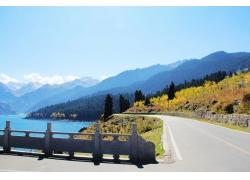 湖泊公路风景