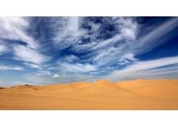 蓝天下的沙漠风景