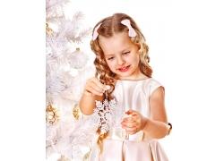 拿雪花冰块的小女孩图片