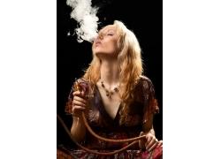 抽烟的性感美女