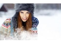 雪地里的时装模特