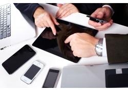 商务人士与平板电脑智能手机