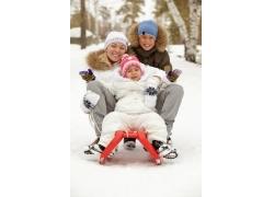 滑雪的外国家庭