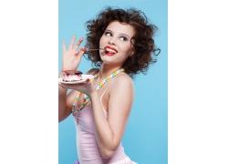 拿托盘子蛋糕的时尚女人
