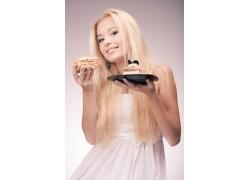 国外金发女人品尝蛋糕
