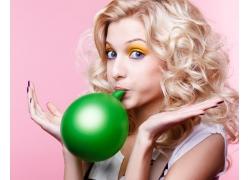 吹气球的美女