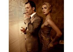 抽烟的成功男人与美女