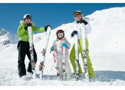 拿滑雪板的家庭人物