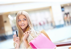 刷卡购物的美女