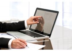 笔记本电脑办公的商务男士