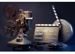 一套古老的电影放映机和影带