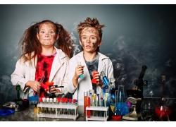两个正在做实验的外国孩子