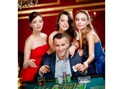 正在赌博的外国男人和美女