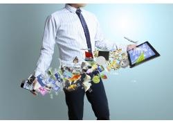 手拿平板电脑智能手机的商务男士