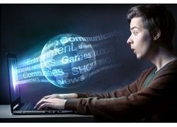 男人与笔记本电脑