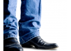 穿着牛仔裤黑皮鞋的男人