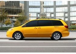 停在城市街道路边的黄色商务车图片