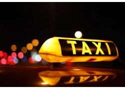 城市夜景中的车租车图片