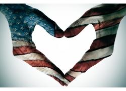 爱心手势与美国国旗