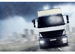 高速行驶的厢式货车图片