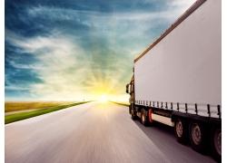 在公路上行驶的厢式货车图片