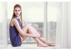 坐在窗台上的外国美女