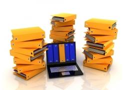 三摞黄色的文件夹和笔记本电脑